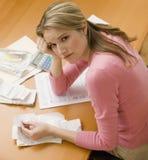 счеты оплачивая женщину Стоковое Фото