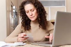 счеты оплачивая женщину стоковые фотографии rf