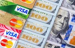 Счеты доллара США с визой и Mastercard кредитных карточек Стоковая Фотография RF
