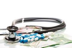 Счеты с стетоскопом и таблетками, пилюльками Стоковая Фотография RF