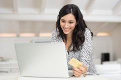 Счет женщины оплачивая онлайн Стоковое фото RF