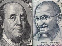 Счет доллара США и рупия Индии макрос банкноты, индеец и ec США Стоковое фото RF