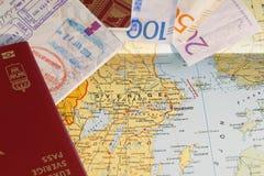 Счет пасспорта и шведских кронов на карте Швеции Стоковая Фотография RF