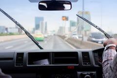 Счищатели лобового стекла from inside автомобиля, сезона дождей стоковые фотографии rf