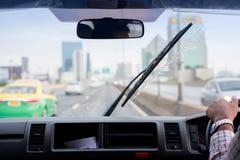 Счищатели лобового стекла from inside автомобиля, сезона дождей стоковое фото rf