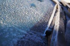 Счищатели предусматриваны с заморозком на замороженном стекле автомобиля стоковые фотографии rf