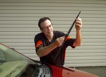 Счищатели лобового стекла механика изменяя на кроссовере SUV стоковые изображения