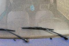 Счищатели лобового стекла на лобовом стекле автомобиля стоковая фотография rf