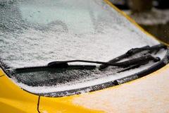 Счищатель и windscreen припаркованного автомобиля покрытого с снегом Конец-вверх Стоковые Изображения RF
