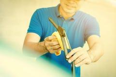 Счищатель лобового стекла windscreen автомобиля чистки человека Стоковое фото RF