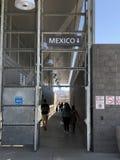 США - Мексиканская граница в Сан-Диего, CA Люди идя до конца стоковое изображение