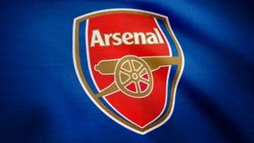 США - НЬЮ-ЙОРК, 12-ое августа 2018: Оживленный логотип арсенала f клуба футбола Лондона C Конец-вверх развевая флага с арсеналом стоковые изображения rf