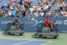 США раскрывают теннисный корт засыхания экипажа чистки после того как задержка дождя на Louis Armstrong Stadium на короле Национа стоковая фотография