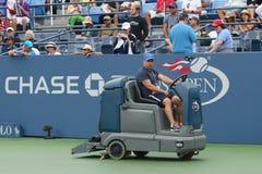 США раскрывают теннисный корт засыхания экипажа чистки после того как задержка дождя на Louis Armstrong Stadium на короле Национа стоковое изображение rf