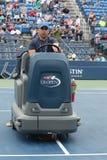 США раскрывают теннисный корт засыхания экипажа чистки после того как задержка дождя на Louis Armstrong Stadium на короле Национа стоковая фотография rf