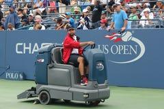 США раскрывают теннисный корт засыхания экипажа чистки после того как задержка дождя на Louis Armstrong Stadium на короле Национа стоковое изображение