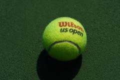 США раскрывают теннисный мяч Уилсона на короле Национальн Теннисе Центре Билли Джина в Нью-Йорке стоковые фото