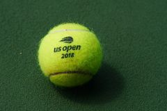 США раскрывают теннисный мяч Уилсона на короле Национальн Теннисе Центре Билли Джина в Нью-Йорке стоковые фотографии rf