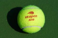 США раскрывают теннисный мяч Уилсона на короле Национальн Теннисе Центре Билли Джина в Нью-Йорке стоковая фотография