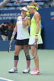 США раскрывают 2016 чемпионов Lucie Safarova l двойников женщин чехии и Mattek-песков Bethanie Соединенных Штатов Стоковая Фотография