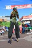США, AZ/Tempe: Эстрадный артист фестиваля - ходок ходулей в костюме птицы Стоковые Изображения RF