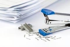 Сшиватель и куча бумаг Стоковые Изображения RF