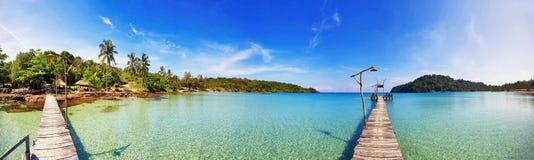 Сшитая панорама тропического пляжа. стоковое фото