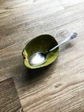 Съеденный авокадо на деревянном столе стоковые изображения