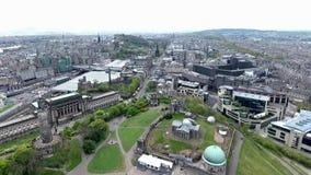 Съемка антенны памятников холма Calton города Эдинбурга историческая видеоматериал