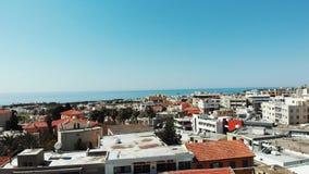 Съемка антенны 360 трутня paphos города Кипра с горами и моря в предпосылке Деловые центры и крыши зданий с акции видеоматериалы