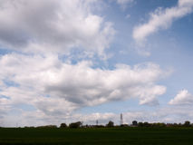 Съемка далекого зеленого цвета поля и с несколько выровнялась вверх по electri Стоковая Фотография