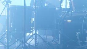 Съемка барабанщика играя ритм на этапе концерта сток-видео
