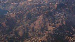 Съемка воздушная, дистантный взгляд массивнейшего края скалы пика саммита скалистой горы острого неровного широкая из окна реакти сток-видео