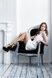 Съемка высокой моды молодой красивой женщины в белом коротком платье Стоковое Изображение