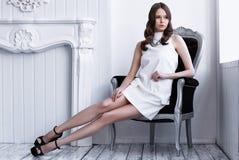 Съемка высокой моды молодой красивой женщины в белом коротком платье Стоковые Изображения