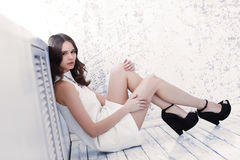 Съемка высокой моды молодой красивой женщины в белом коротком платье Стоковое Изображение RF