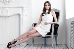 Съемка высокой моды молодой красивой женщины в белом коротком платье Стоковые Фотографии RF