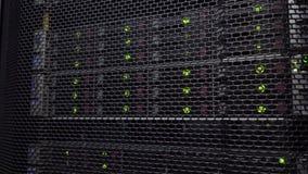 Съемка движения Большая комната сервера внутри облака вычисляя данные центр Стог сервера с жесткими дисками SATA видеоматериал