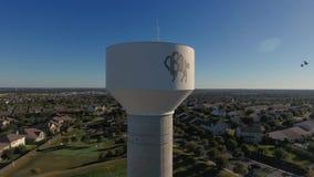 Съемка дня воздушная устанавливая водонапорной башни Cibolo Техаса видеоматериал