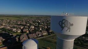 Съемка дня воздушная устанавливая водонапорной башни Cibolo Техаса сток-видео