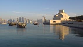 Съемка дня горизонта города Дохи современная, Катар, взгляд Ближний Востока на музее исламского искусства с традиционными деревян акции видеоматериалы