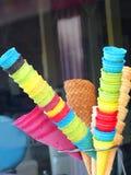 Съемка дня красочных конусов мороженого на открытом воздухе на улице стоковые изображения