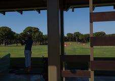 Съемка игрока гольфа практикуя на тренировке Стоковое Фото