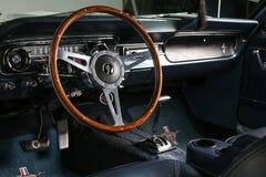 Съемка интерьера автомобиля 1-ого поколения Ford Мustang 1965 классическая Стоковое Фото