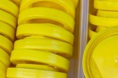 Съемка конца-вверх желтой пластичной крышки стоковая фотография