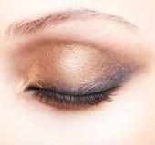 Съемка конца-вверх женского закрытого состава глаза Стоковое фото RF