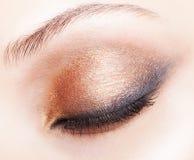 Съемка конца-вверх женского закрытого состава глаза Стоковые Фото