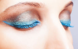 Съемка конца-вверх женского закрытого состава сини глаз Стоковое фото RF