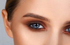 Съемка конца-вверх женского состава глаза в закоптелом стиле глаз Стоковые Изображения RF