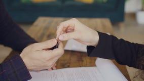 Съемка конца-вверх мужского контракта покупки и надувательства подписания руки и получать ключи дома от агента снабжения жилищем  видеоматериал